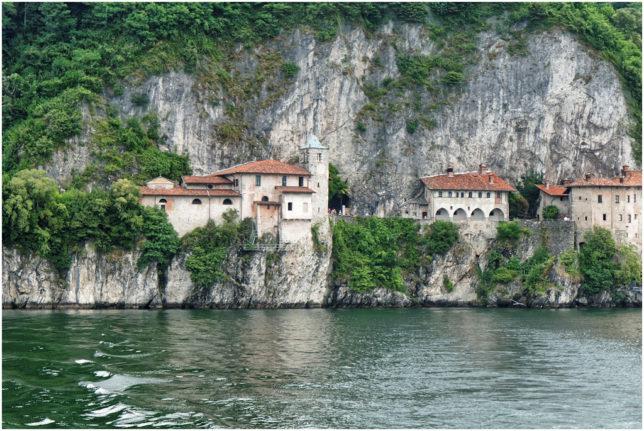 So präsentiert sich das Kloster bei der Anreise über den See