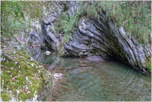 Die Faltungen im Fels werden an vielen Stellen sichtbar...