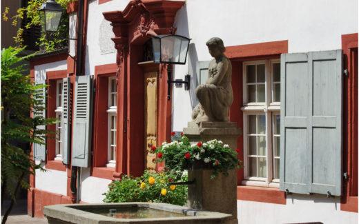 Fassade und Brunnen in der Rheinfelder Altstadt