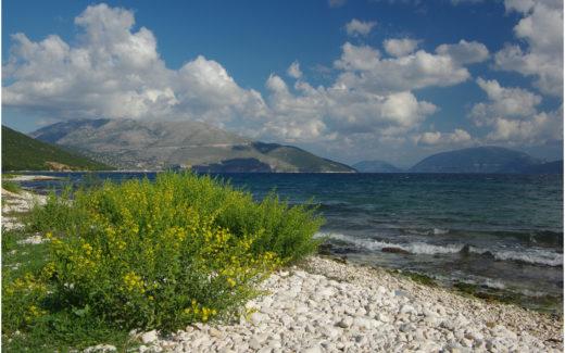 An der Küste bei Karavomilos