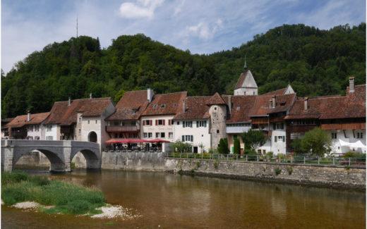 Blick über den Doubs zum Städtchen