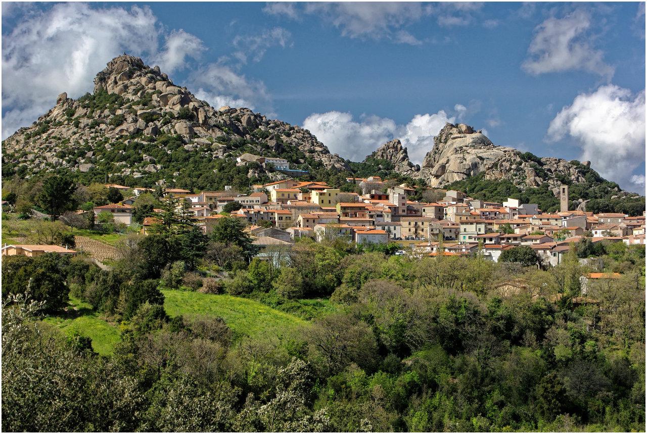 Im Inneren der Insel gibt es zahlreiche an bizzare Felsen geschmiegte Bergdörfer, wie hier in der Nähe von Tempio Pausiana