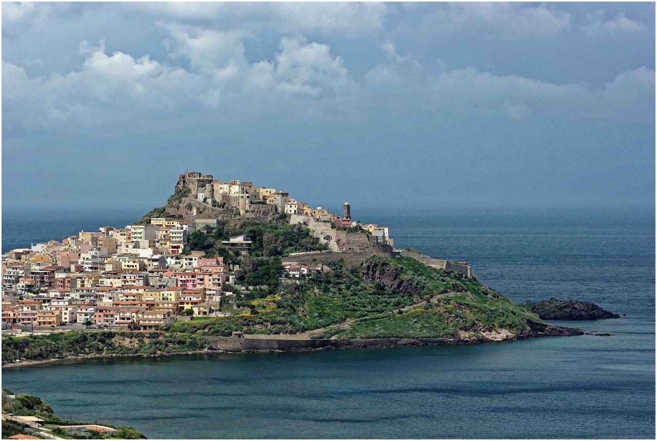 Das pittoreske Dorf Castelsardo ganz im Norden, kurz vor dem Regen (ja, auch das gibt es auf Sardinien...)