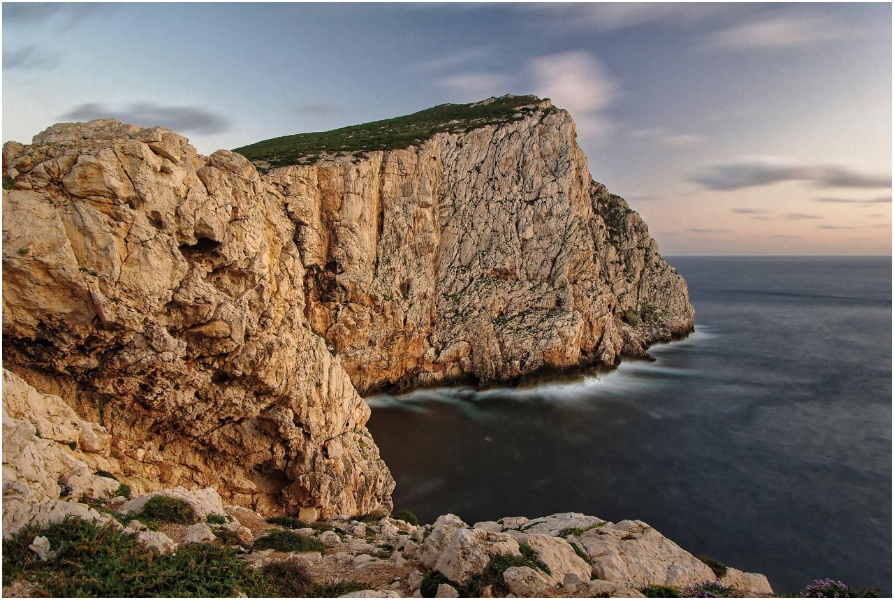 Das Nahe Alghero im Westen Sardiniens gelegene Capo Caccia ist eine der beeindruckendsten Steilküsten auf Sardinien