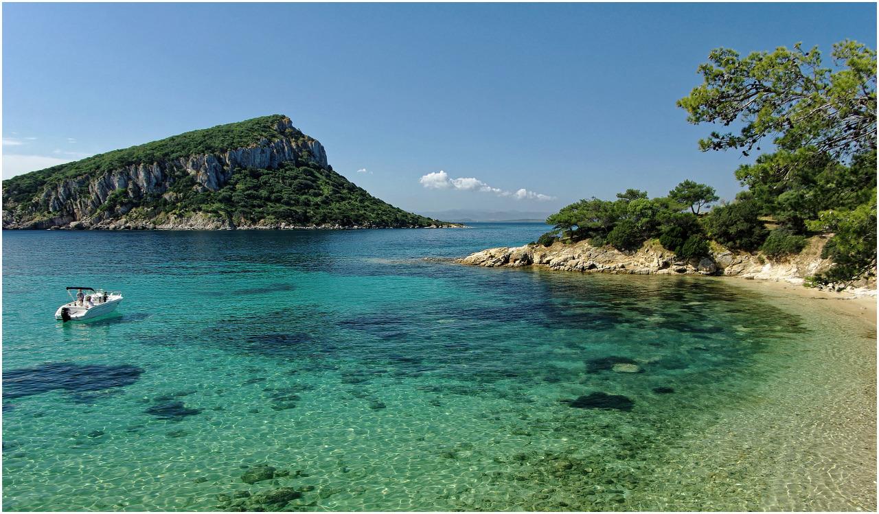Eine schöne Bucht bei Golfo Aranci auf einer Halbinsel in der Nähe von Olbia, mit Blick zur Insel Figarolo