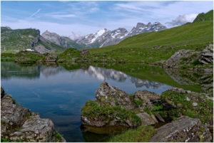 Blick über den Blausee zu den inzwischen wieder wolkenfreien Gipfeln