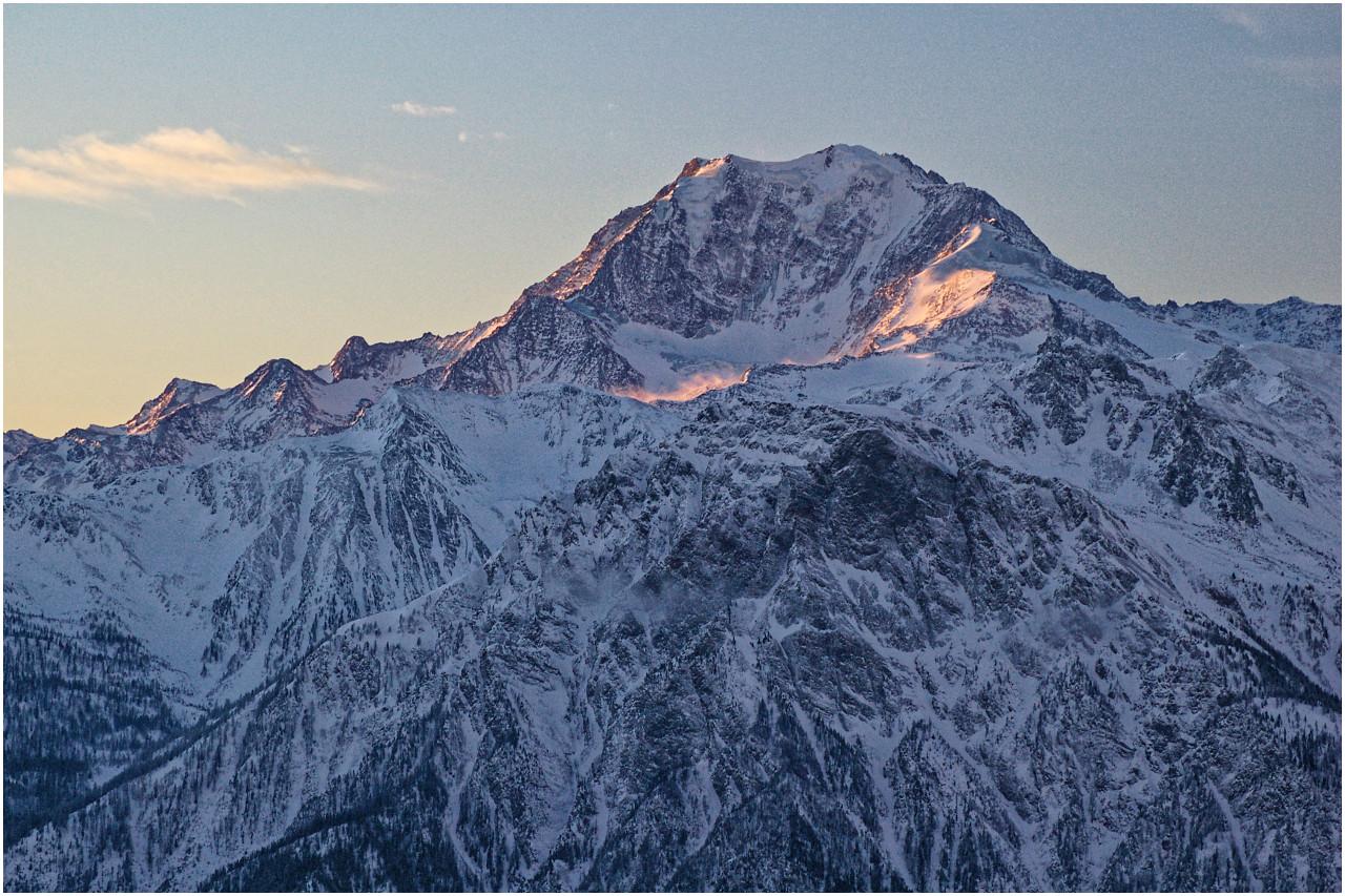 Die ersten Sonnenstrahlen streifen die Gipfel gegenüber der Belalp