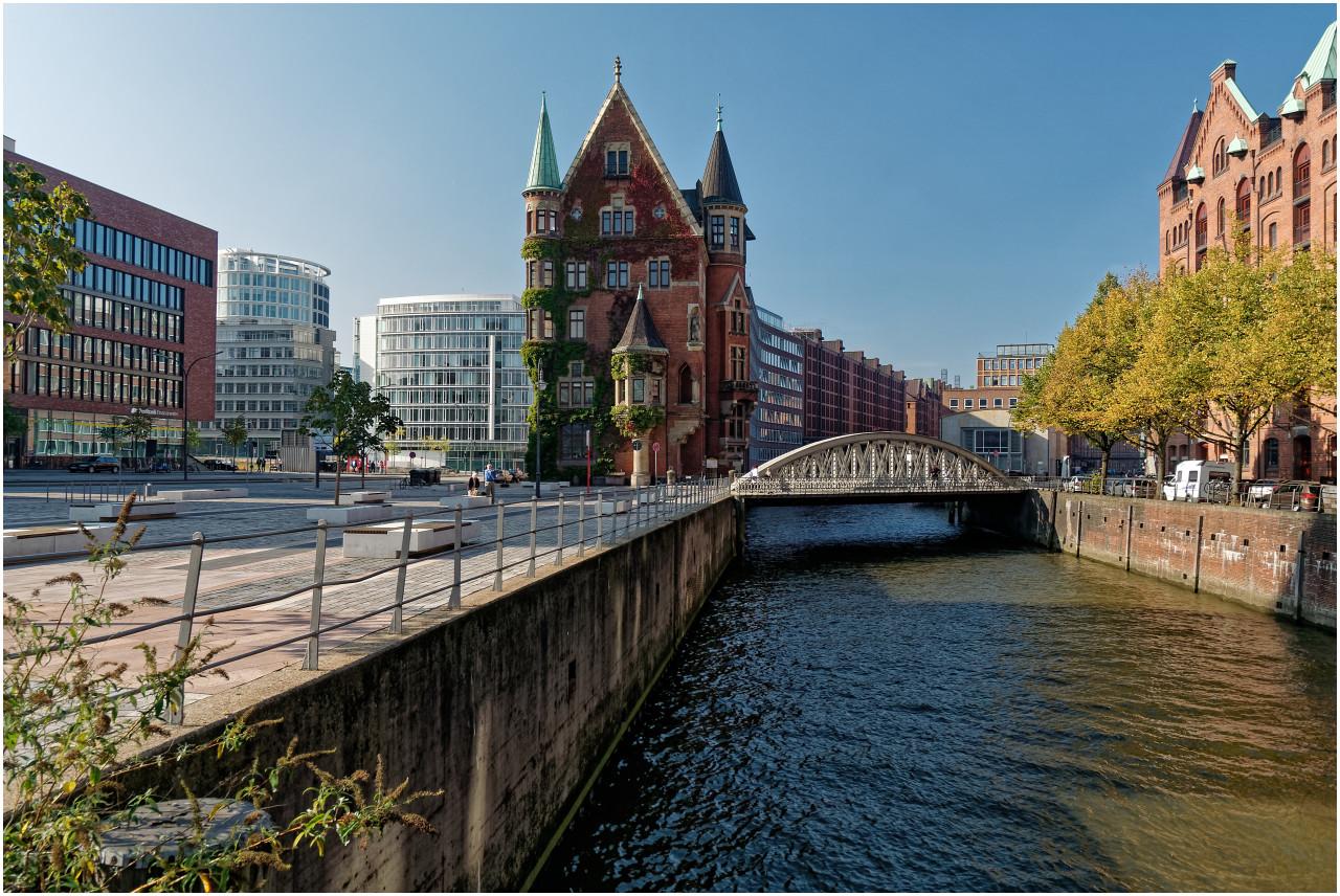 Hamburg at its best: rechts die Bauten der Speicherstadt am Wasser, in der Mitte ein historischen Wohnschlösschen und links der architektonische Atem der Moderne...