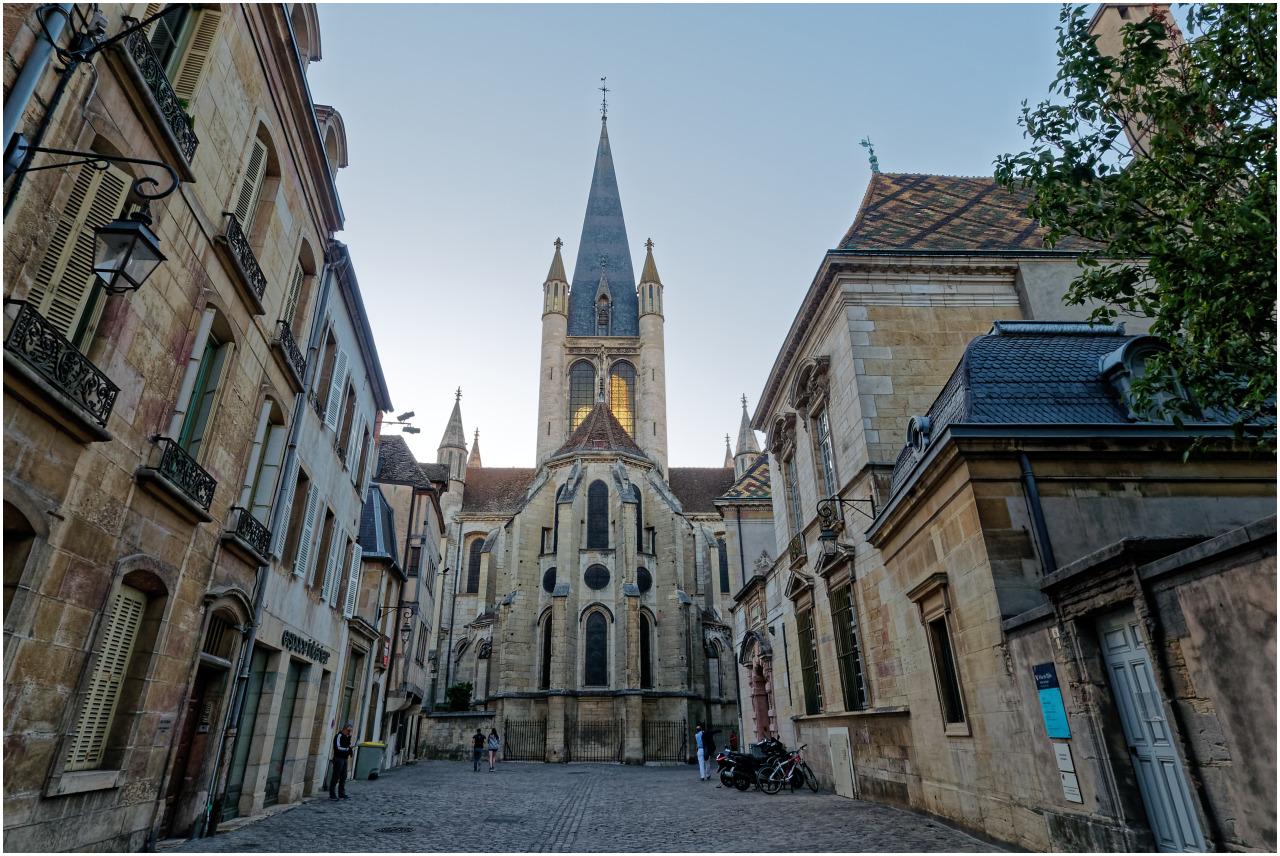 Blick durch die Rue de la Chouette zur Église Notre-Dame de Dijon