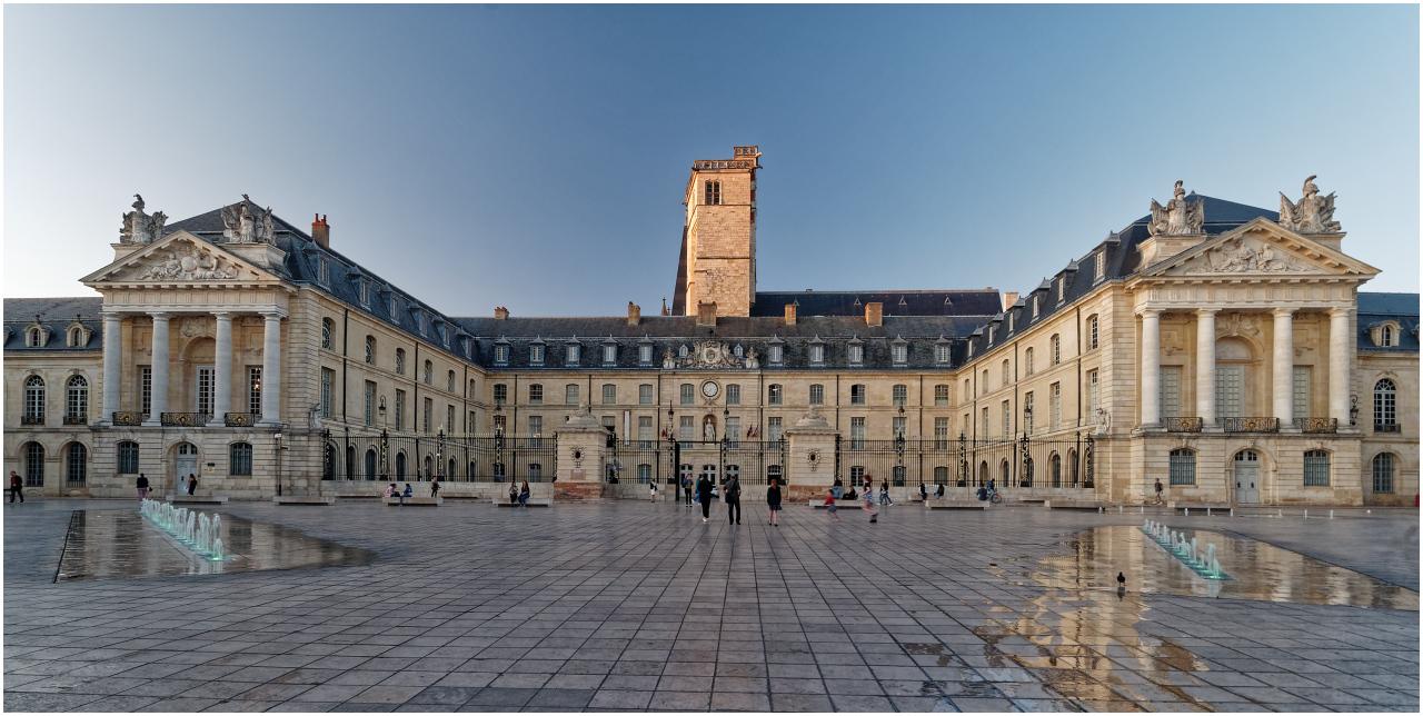 Kurz vor Sonnenuntergang: Palais des Ducs mit dem Tour Philippe le Bon