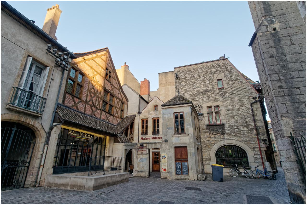 Platz hinter der Kirche an der Rue de la Chouette