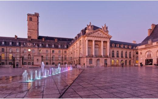Place de la Libération und Palais des Ducs