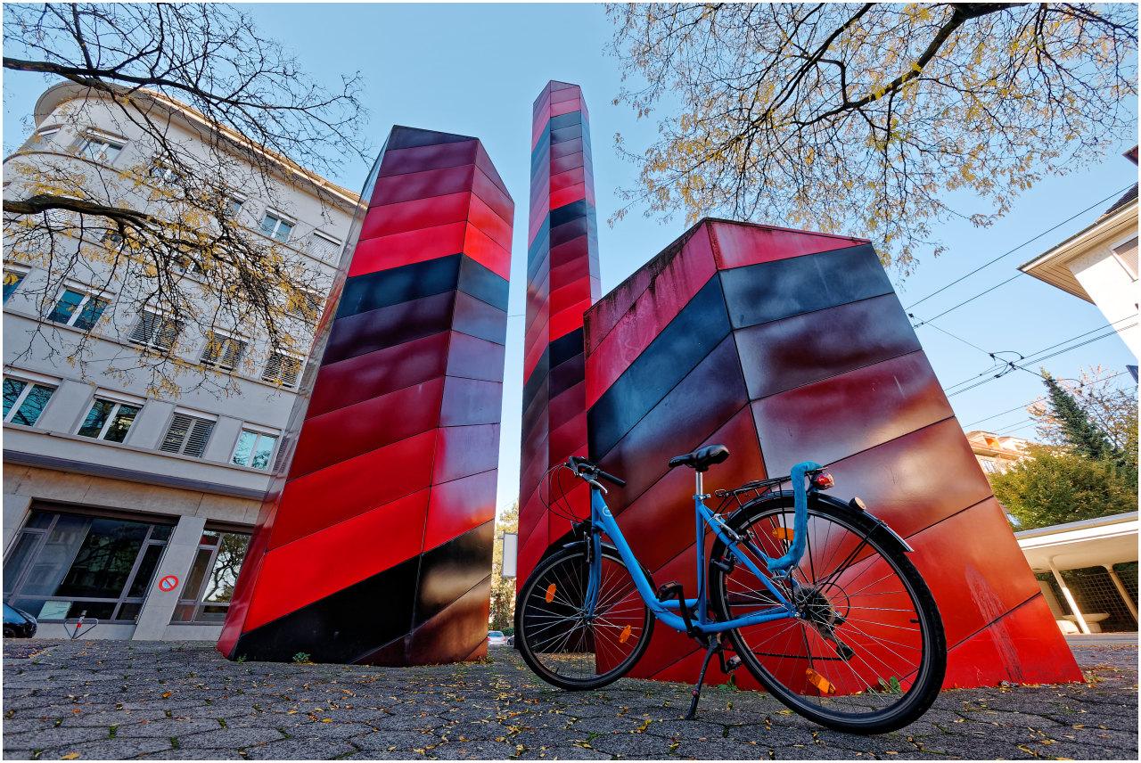 Fahrrad und Skulptur an der Belpstrasse