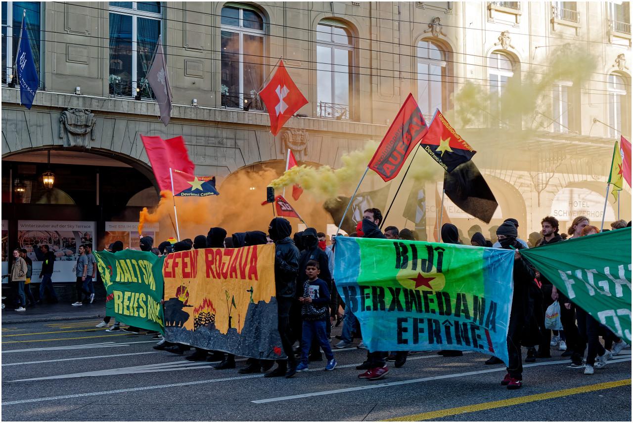 Farbenfrohe Kurden-Demo gegen den türkischen Einmarsch in Syrien