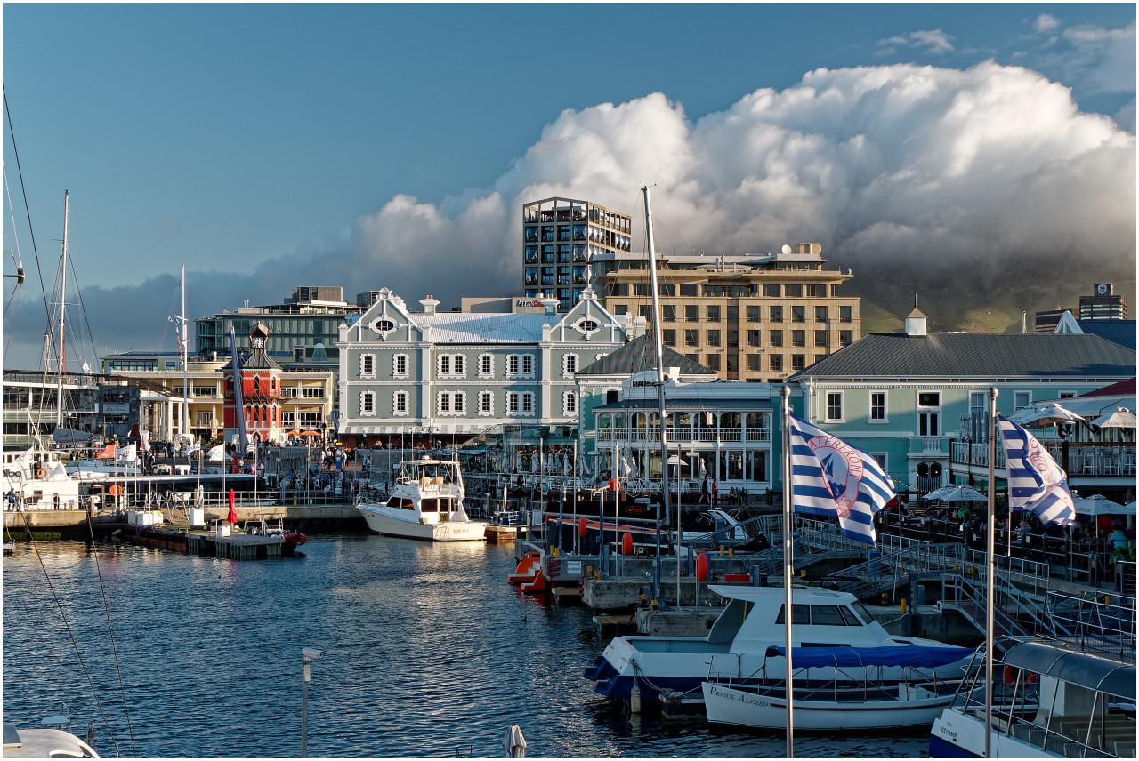 An der Victoria & Alfred Waterfront - der Tafelberg im Hintergrund versteckt sich wie so oft in den Wolken...