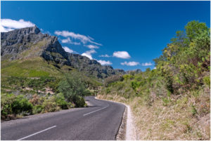 Strasse durch den Table Mountain National Park, mit dem Tafelberg links