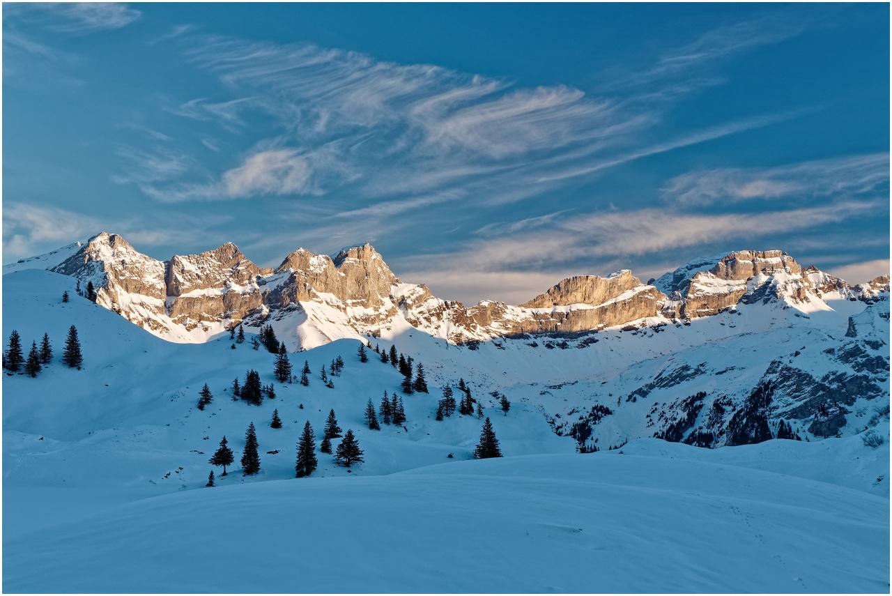 Blick zu den Gipfeln auf der Sonnenseite des Engelberger Tals