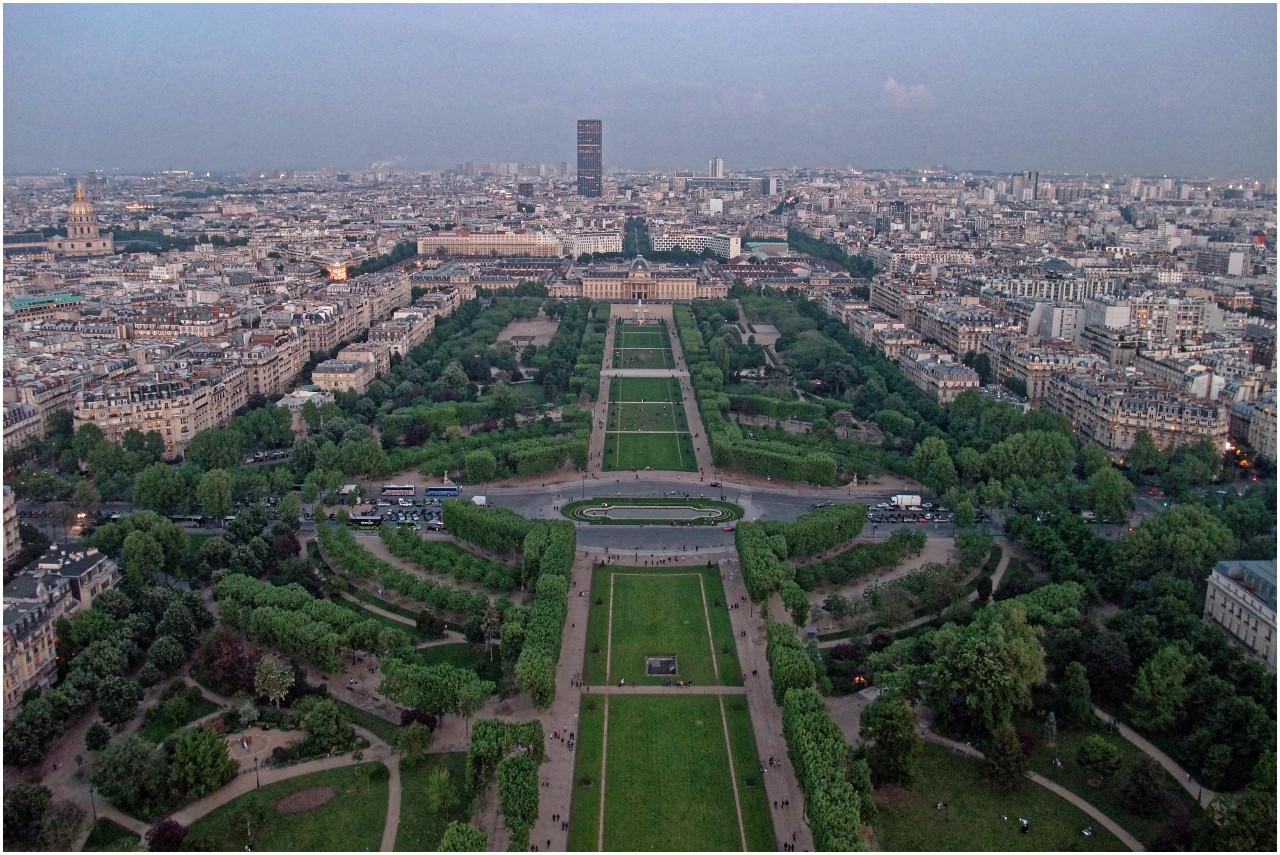 Abendlicher Blick vom Eiffelturm über den Champs de Mars zur Tour Montparnasse.