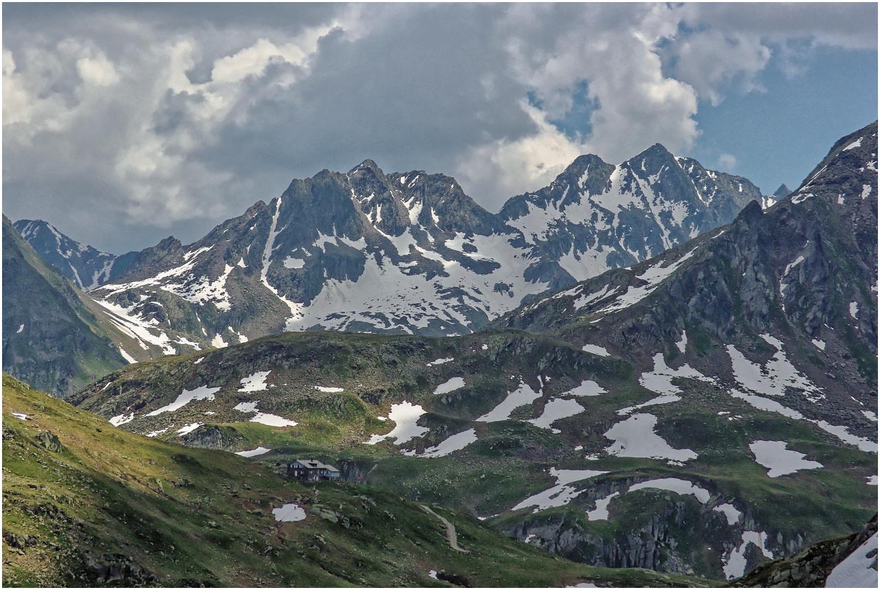 Beim Abstieg: Der Blick zur Maighelshütte, Piz Nair und Piz Paradis