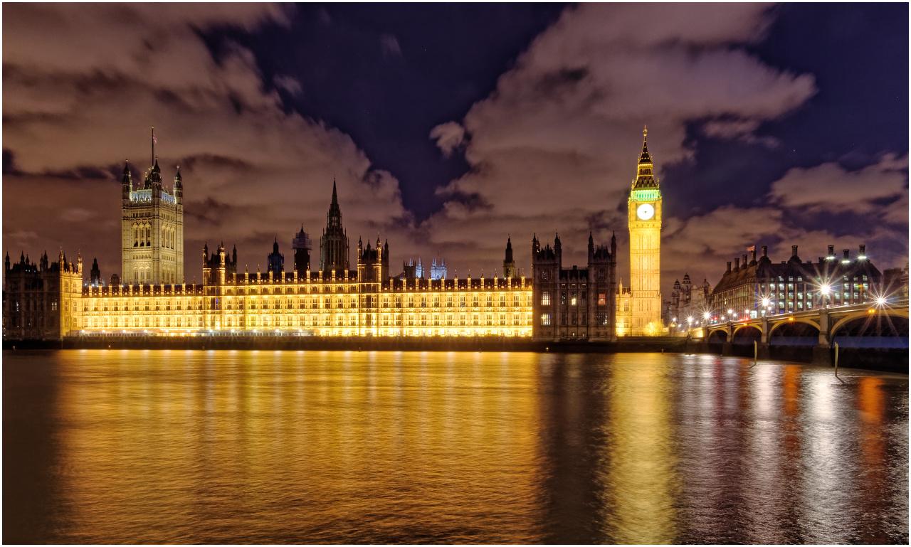 Blick vom Embankment beim Saint Thomas' Hospital über die Themse zu den Houses of Parliament