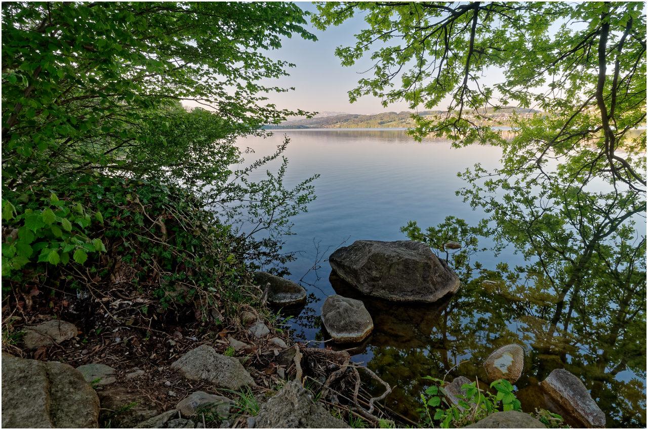Viele schöne versteckte Uferpartien säumen den Weg
