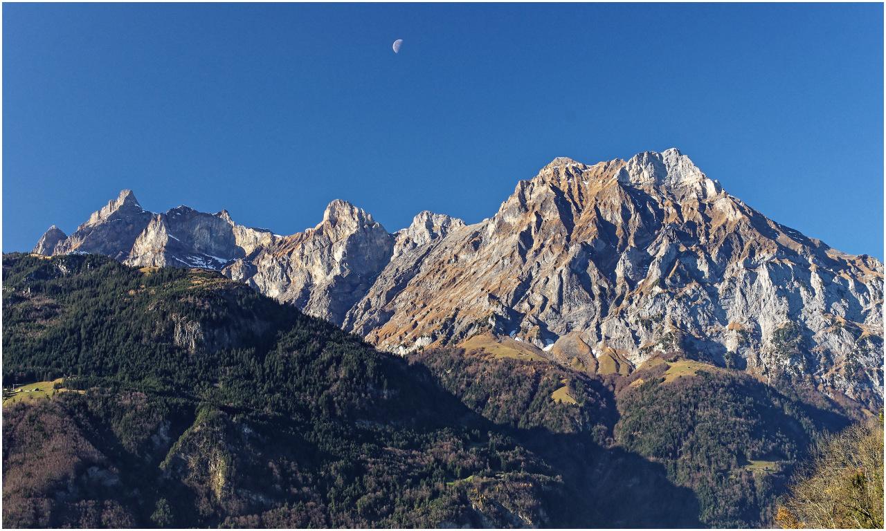 Der Halbmond über den Schächentaler Gipfeln