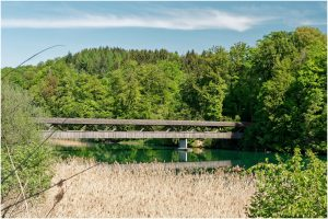 Die Holzbrücke am Nordende des Sees