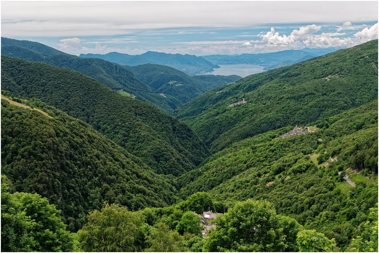 Ausblick von der Strasse zur Alpe di Neggia ins Val Veddasca und nch Indemini