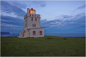 Ein markanter Leuchtturm steht über den Klippen beim Kap