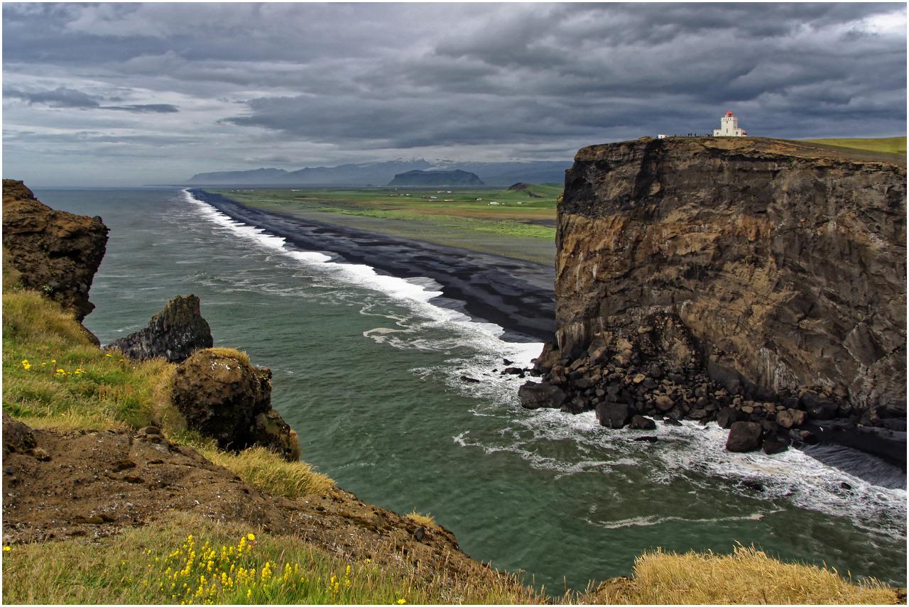 Der Blick von der Halbinsel zum Leuchtturm und dem Strand Solheimasandur