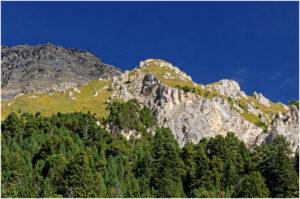 Farbige Felswände über dem Pass