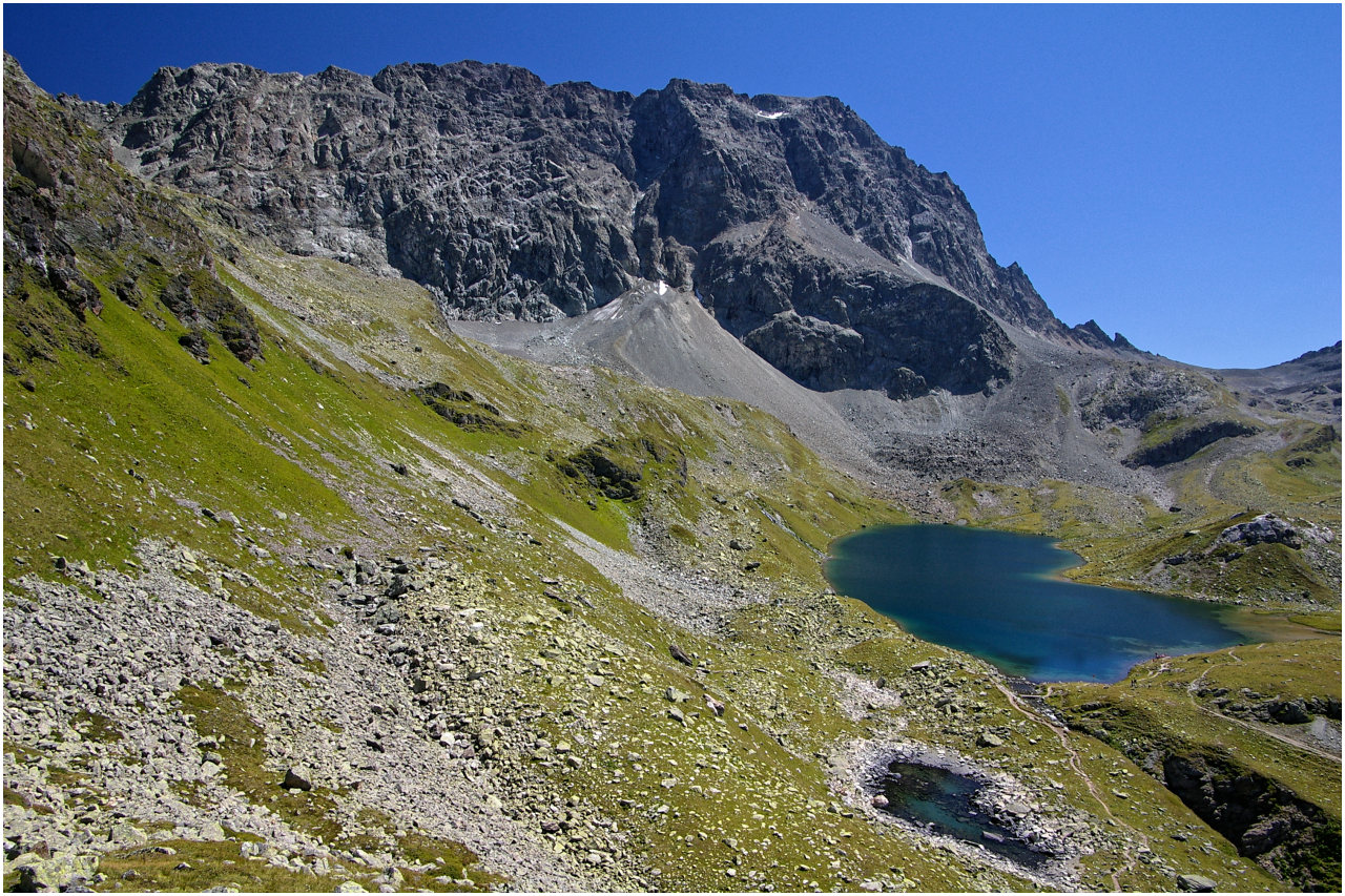Blick vom höchsten Punkt des Weges zum Piz Lagrev und den beiden Seen