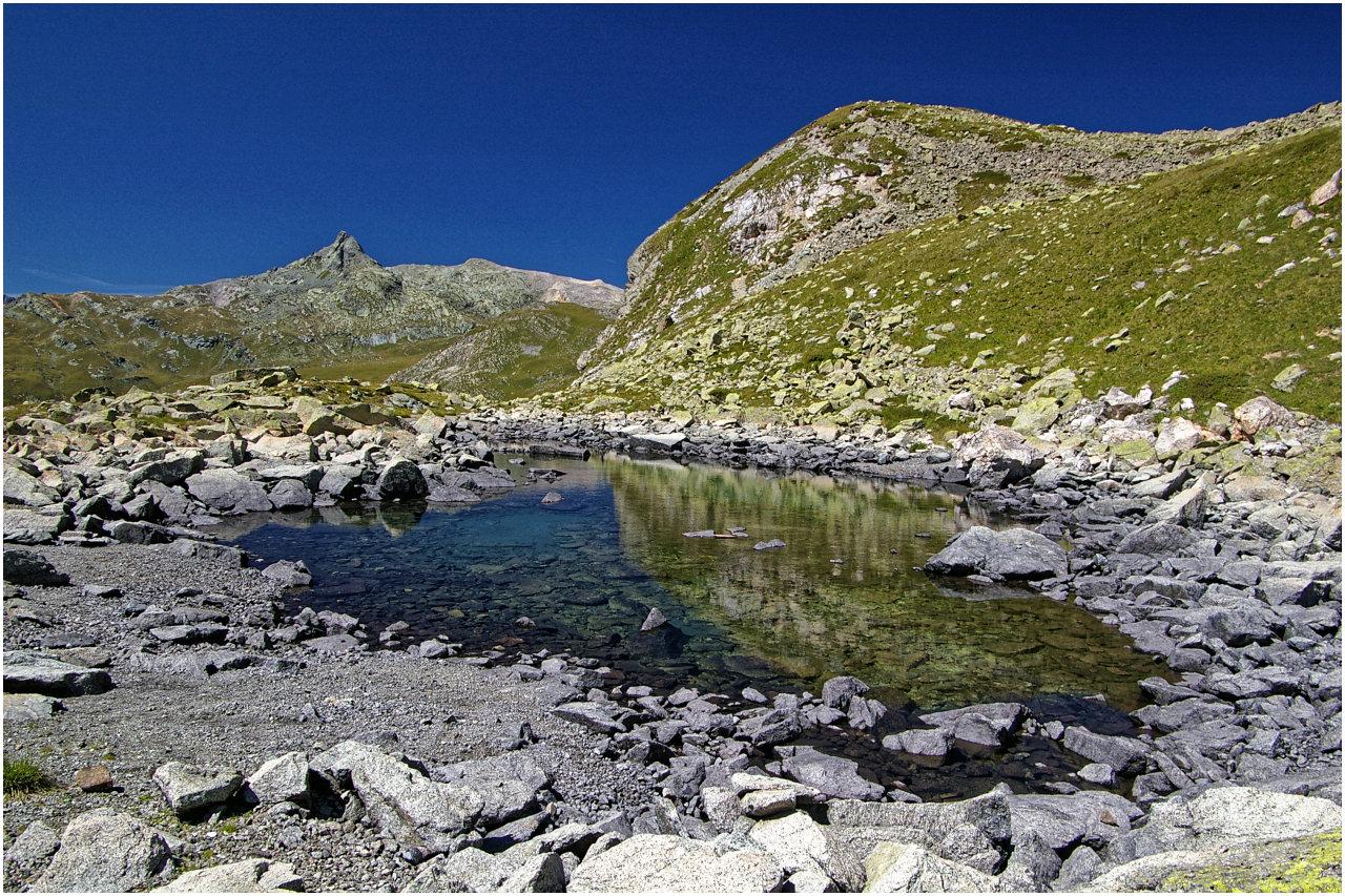 Am Ufer des kleinen namenlosen Bergsees