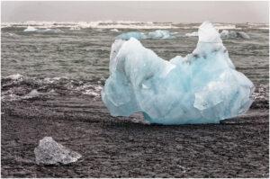 Kleiner und grosser Eisblock am Strand Breiðamerkursandur