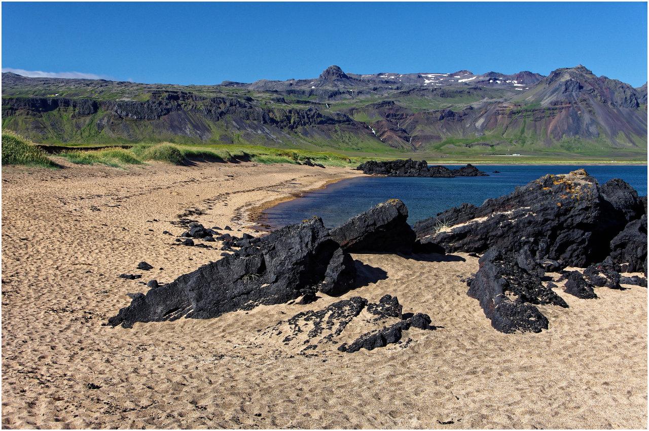 ...und der direkt daneben liegende Sandstrand