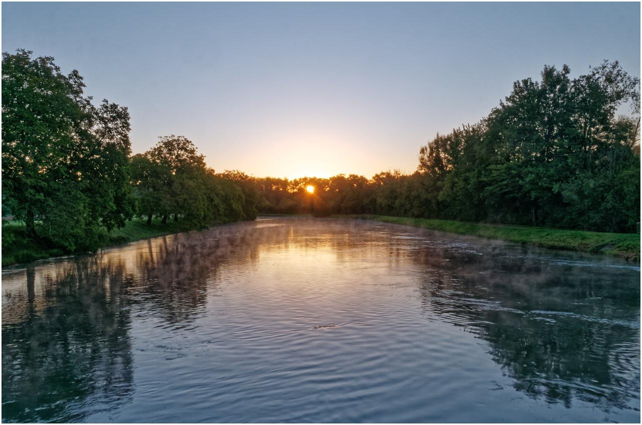 Blick entlang dem begradigten Hauptlauf der Aare zur aufgehenden Sonne