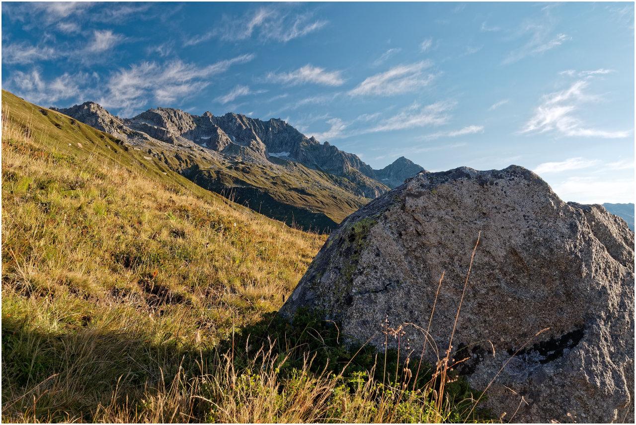 Anreise am frühen Morgen: die Gipfel über dem Urserental