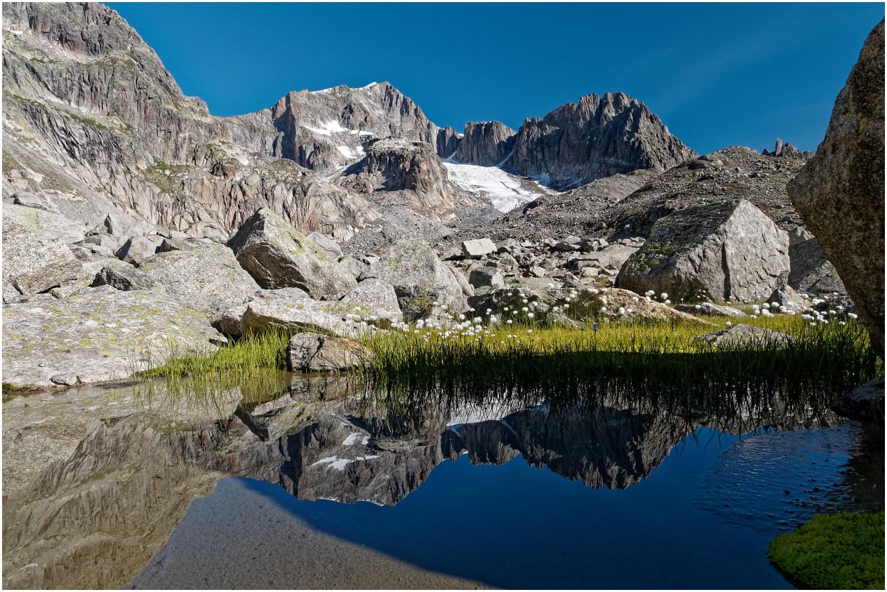 Tümpel am Sidelenbach. Da ein Felsen noch Schatten wirft, ergibt sich eine sehr klare Spiegelung.
