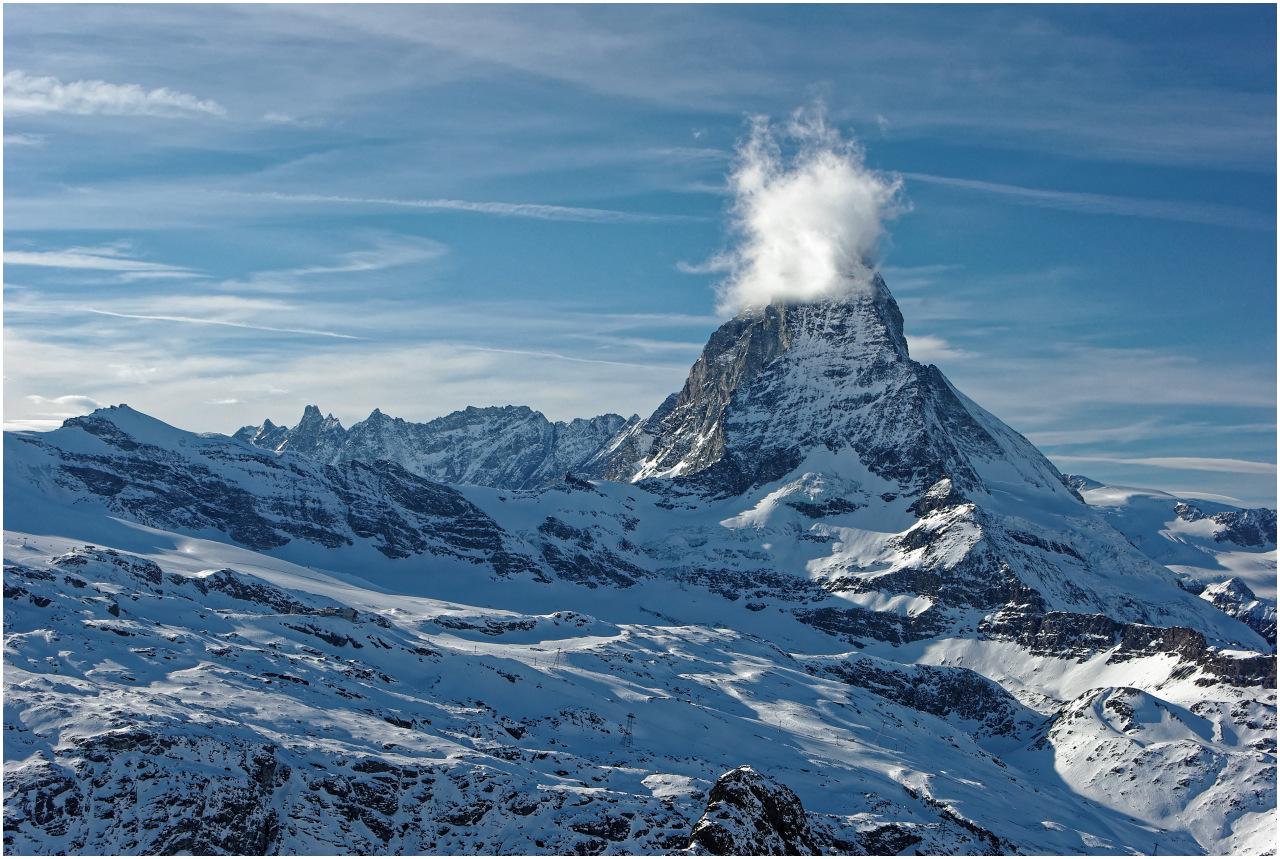 Das Matterhorn versucht sich hinter einer Wolke zu verstecken