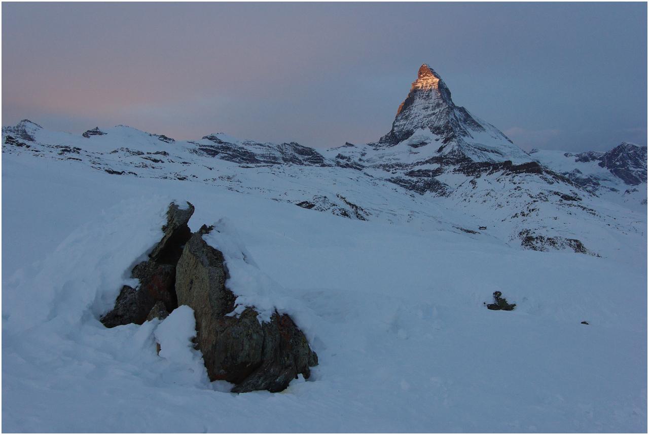 ...sowie das Matterhorn werden von den ersten Sonnenstrahlen gestreichelt