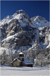 Die Kirche in Kandersteg vor imposanter Kulisse