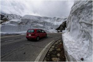 Imposante Schneewände auf dem Weg zum Pass