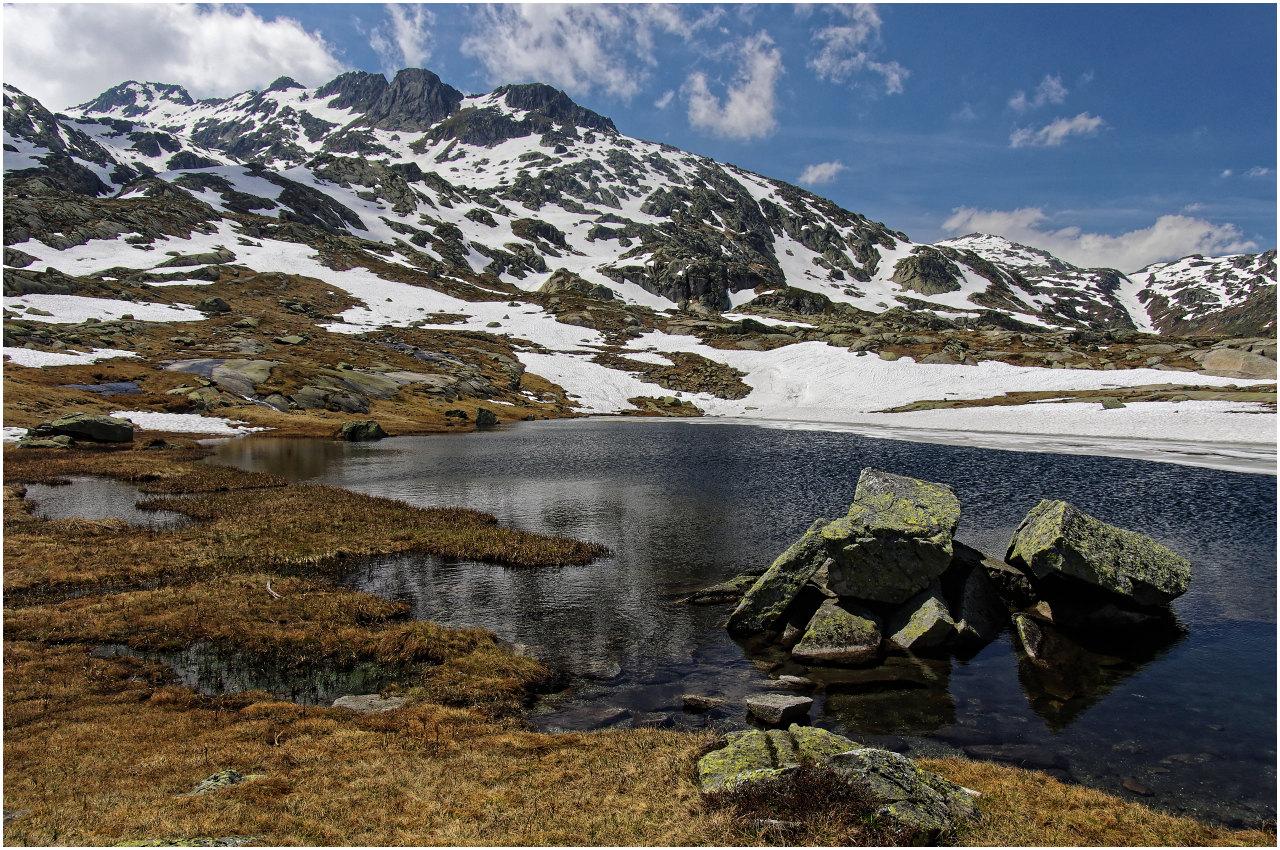 Am Gotthardpass präsentiert sich die Landschaft noch alles andere als grün