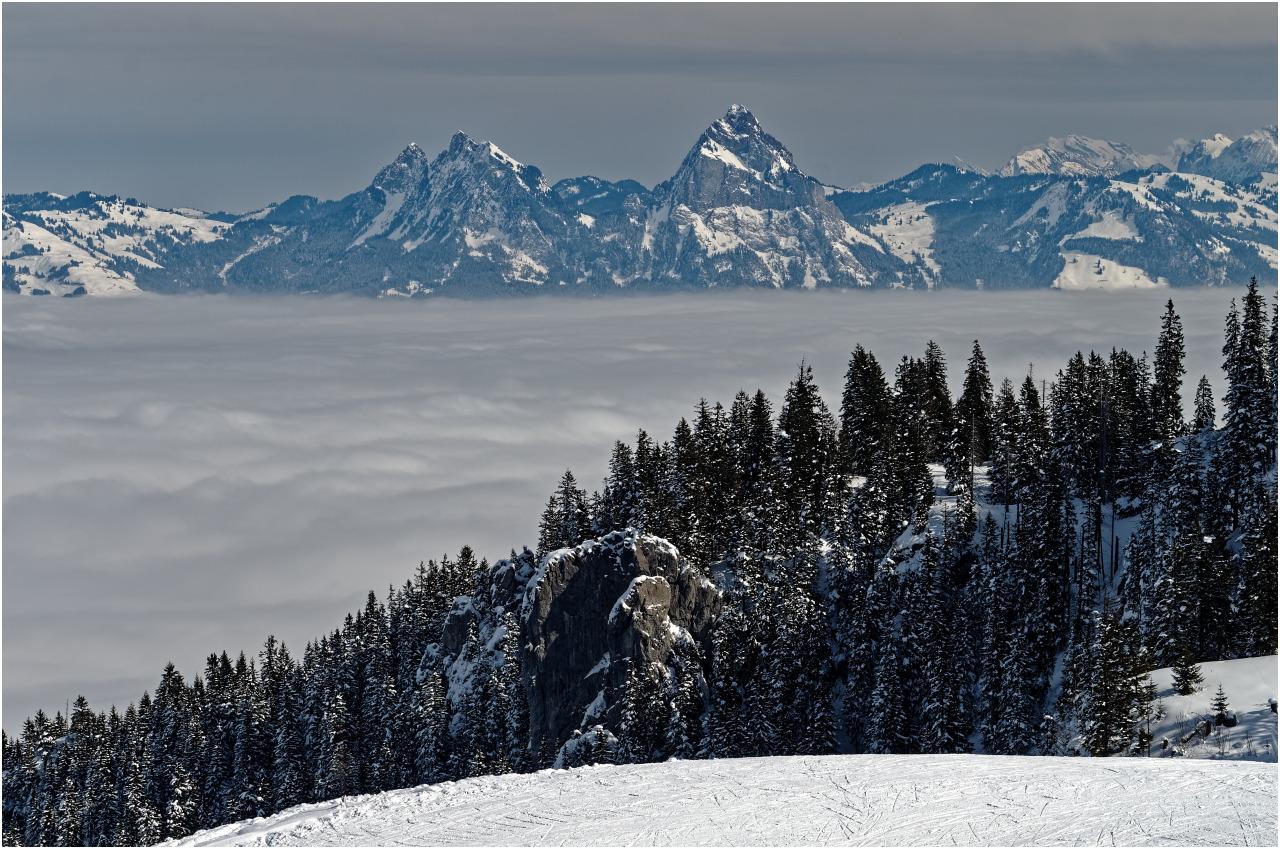 Blick über das Nebelmeer zu den Mythen