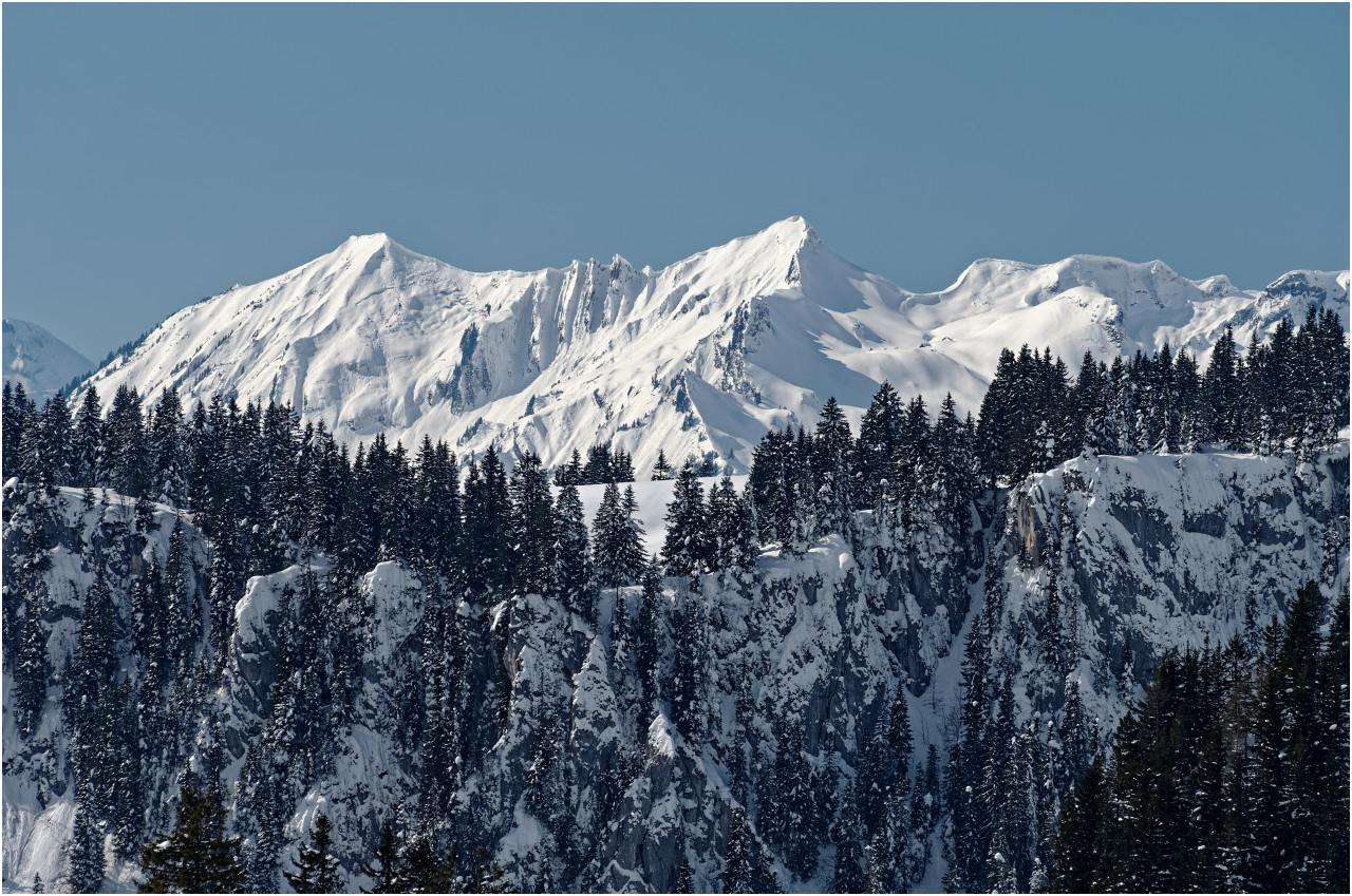 Schroffe Felsen und verschneite Gipfel