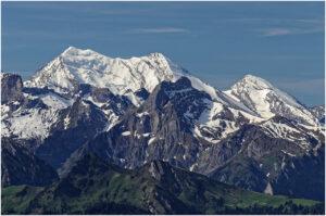 Blick zu fernen, noch verschneiten Gipfeln