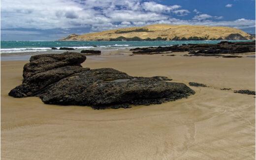 Felsen am Strand von Arai Te Uru