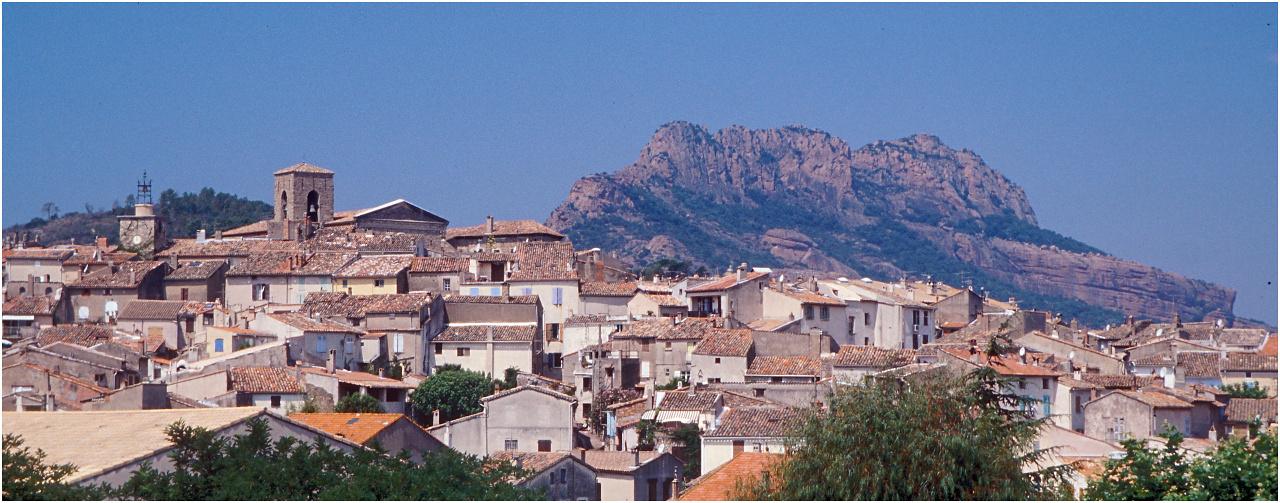 Das Dorf Roquebrune-sur-Argens mit dem gleichnamigen Felsen im Hintergrund