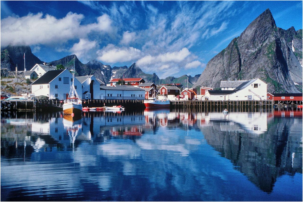 Das Dorf Hamnøy bei Reine. Die meisten dieser ehemaligen Fischerhütten werden heute für Feriengäste vermietet.
