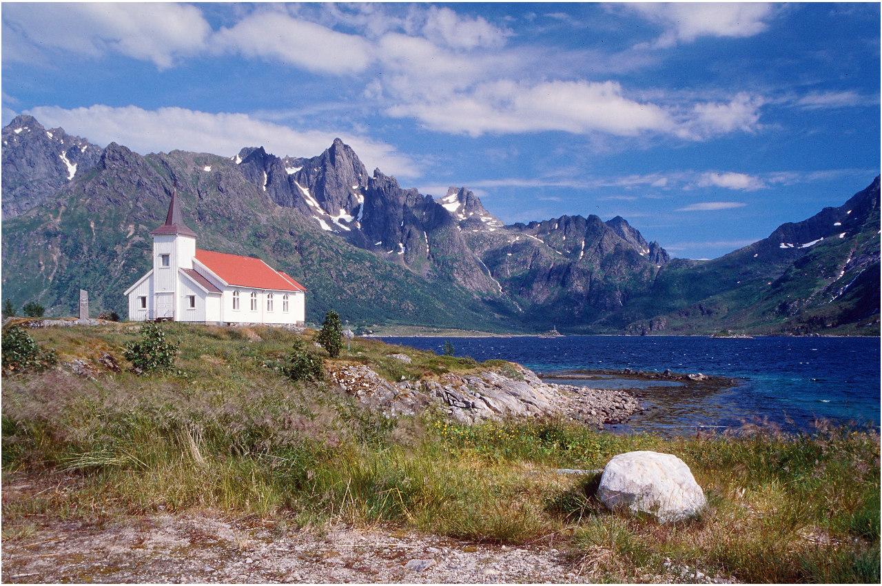 Die Winde auf Gimsøy sind so stark, dass die Kirche mit Stahlseilen im Boden verankert werden musste